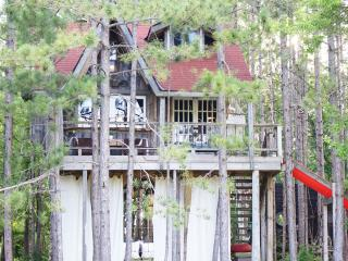 Treehouse & Cabin Retreat for four !, Durham