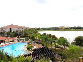 Villa Bella Vista Cay Penthouse/Lakefront Condo Overlooking the Pool & Lake Cay, Orlando