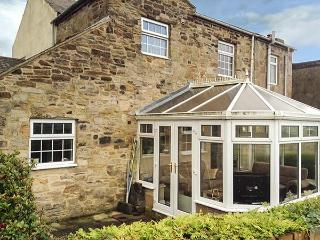 LAUREL COTTAGE, end-terrace, pet-friendly, conservatory, garden, WiFi, in Ivesto