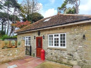 MANOR COACH HOUSE, close to amenities, near beach, parking, garden, in Ventnor, Ref 929852