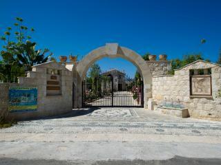 3 Bed Luxury Villa - Huge 14x7m Swimming Pool, Argaka