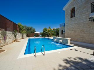 Oustanding Villa - Huge Pool -Childrens Playground, Argaka