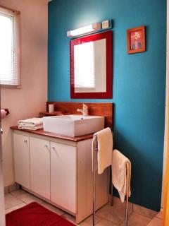 Salle d'eau type d'un gîte. Lavabo, wc et douche à l'italienne.