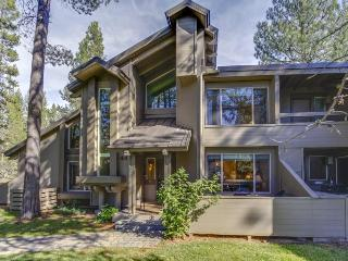 Comfortable condo w/ shared hot tub & pool, SHARC passes, trails, and more!, Sunriver
