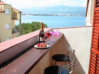 Comfortable apt 10m from lively beach, restaurant & beach bar, 4km from Trogir