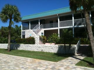 Perfect beach vacation for sun,shells and fun! Relax to the sound of the surf.