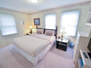 1 King and 2 Queen beds, Walk to Dining and Shopping, Free Wifi and Parking