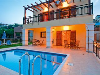 Villa with private pool & outdoor jacuzzi , 3 bedrooms,wifi,bbq,garden, Kolymbari