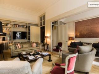 Elegant 4 bed with views over a garden square, Kensington, London