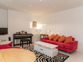 Colorful 1 Bedroom London Vacation Rental at Mornington Crescent, Londen