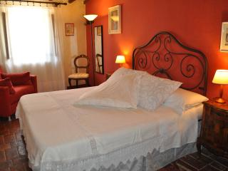 Superior room with bathroom near San Gimignano