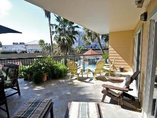 Bright, Oceanside 2BR Condo in Galveston with Large Private Patio, Tiki Island