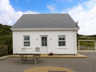 FOUR SEASONS, lovely apartment, woodburner, lawned garden, pet-friendly, WiFi, Killybegs, Ref 928164