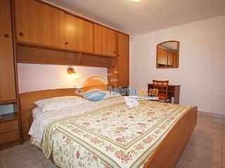 Apartment 000823 Apartment for 4 persons with extra bed and 2 bedrooms (ID 1925), Novigrad