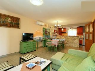 Villa 000884 Apartment for 6 persons with 2 extra beds and 3 bedrooms (ID 2064), Umag