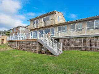 Spacious home w/ocean views & private hot tub - block-and-a-half from beach