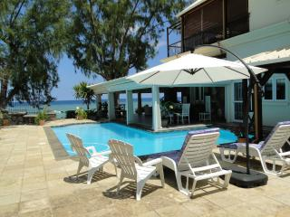 Blue Pearl: 6 BDR luxury beachfront villa, Tamarin