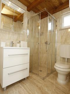 H(6+4): bathroom with toilet