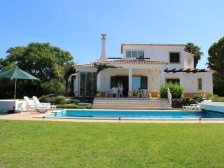 Spacious 2 Bedroom villa with heatable pool & lawn, Carvoeiro