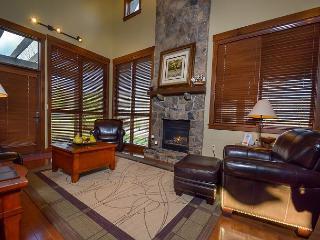 Elegant 4 Bedroom Mountain home w/ Hot Tub in prestigious gated community!, McHenry