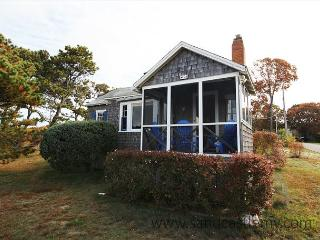 THE QUINTESSENTIAL VINEYARD COTTAGE!!, Oak Bluffs