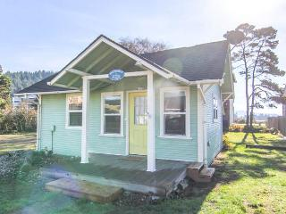Taft Cottage! Charming Pet Friendly Beach Cottage, Short Walk Mo's and Beach, Lincoln City