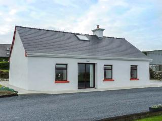 TOWER VIEW COTTAGE, all ground floor, multi-fuel stove, private garden, Kinvara, Ref 930510