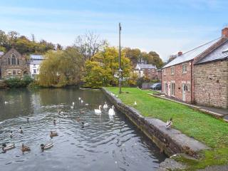SMITHY COTTAGE ON THE MILL POND, character cottage, en-suite, WiFi, close to amenities, in Cromford, Ref 930701