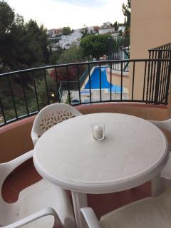 Balcon terraza muy soleado con vistas a la piscina comunitaria