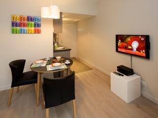 Coin-repas, freebox pour TV et WiFi Dinning, TV and WiFi set