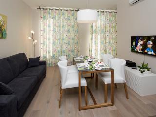 Fauteuils confortables pour des repas dans la lumière du sud ! Dinning with comfortable armchairs