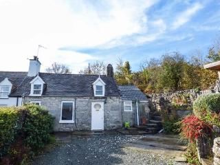 BRON HEULOG COTTAGE, superb views, separate sun room, open fire, in Llangoed Ref