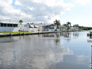 Totally remodeled condo with southern exposure and canal views. Boat slip available!, Nápoles