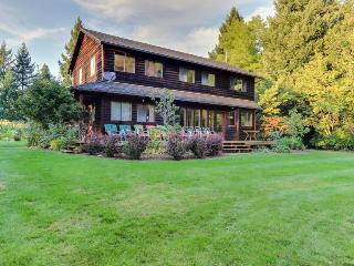 Pet-friendly, large deck, private hot tub, & creek access!, Hood River