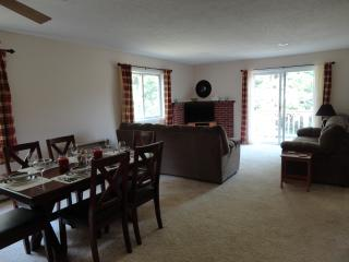 Very clean condo with free WiFi - 10 mins North Conway; 3 mins Fryeburg, Maine