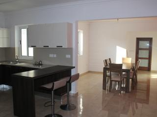 Large 3 bedrooms appartment  mins away from sea.