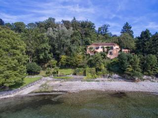 Unique lakefront villa with beach!, Laveno-Mombello