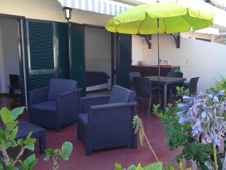 terrasse supérieur coin salon, coin repas et point d'eau
