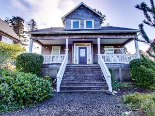 Grand home w/ private hot tub, entertainment & nearby beach access!, Depoe Bay