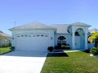 Huge pool area- Spa- Exclusive 3 bedroom villa- Peaceful area- Pet friendly- minutes from Eco Park, Cape Coral