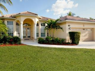 Charming 3 bedroom vacation home- Pool- Amazing views- Pet friendly- Overlooks Waterfront, Cape Coral