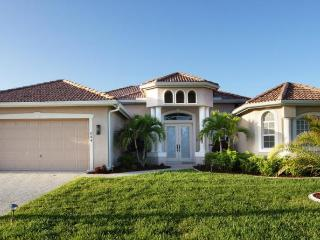 Amazing waterway views- Luxurious spacious vacation rental- 3 bedroom- Large pool- BBQ, Cape Coral