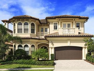 Beautiful Custom 4 bedrooms, games room, pool and spectacular views of the golf course, Reunion