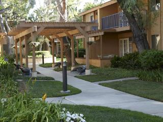 3BR condo at Dophin's Cove Resort, 1.2 miles from Disneyland