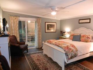 Master bedroom/queen bed