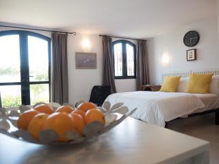 Lovely studio apartment on sought after Capistrano, Nerja