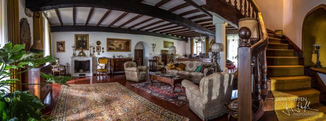 Il salone e la preziosa scala in legno che sale alle camere