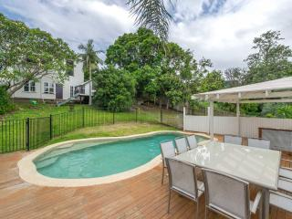 Charming Home with Tropical Pool close to city, Brisbane