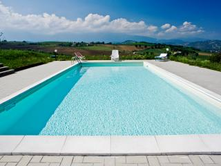 le spiazzette casale fienile e piscina in campagna