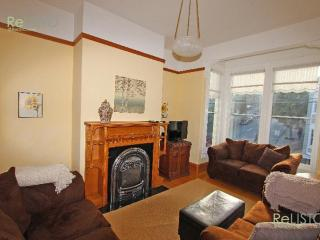 BRIGHT AND AIRY TWO BEDROOM 2 BATH EASTLAKE VICTORIAN FLAT, San Francisco